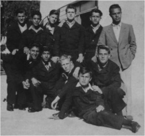 Un gruppo di collegiali tra i quali il futuro cantante Sergio Endrigo.