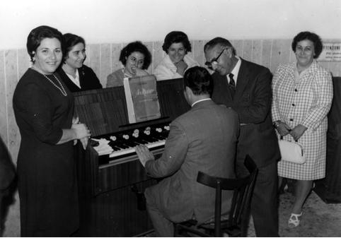 A sinistra: Teresa Brandi, Consiglia Picoco, Anna Brandi, Aida Gaito (moglie di Mario Consales), di spalle Antonio Consales, il maestro Raffaele Marzo, Giuseppina Cassano (moglie di Teodoro D'Amici).