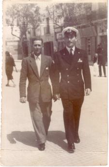 Il II capo Giuseppe Donativo, con il suo papà Cosimo a Piazza Vittoria. Foto scattata nell'anno 1945, a conclusione della fase bellica.