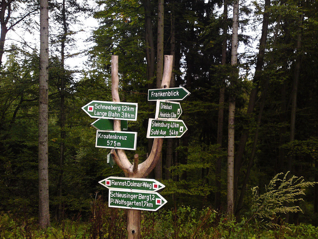 Wegweiser am Kroatenkreuz, von hier aus gibt es viele Möglichkeiten, seinen Weg vortzusetzen