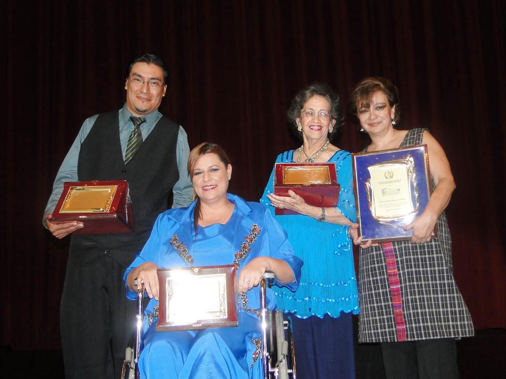 Durante la actividad se reconoció la labor de Giovanny Aldana (Izquierda), Anahí Keller, María Eugenia Gordillo y Heydi Sandoval, organizadora de la Gala de la Canción Guatemalteca.