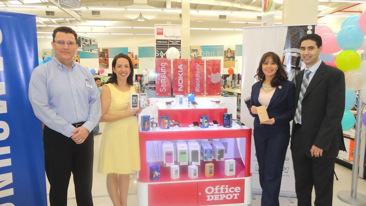 Estuardo Leonardo, Comprador de Electrónicos, (derecha), acompaña a los representantes de Office Depot Guatemala, durante el lanzamiento del Smart Mobile