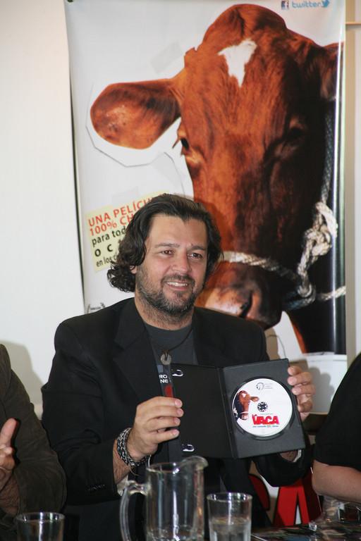 El cineasta guatemalteco Mendel Samayoa, director de La Vaca, presentó el DVD, de esta comedia recomendada para todo público.