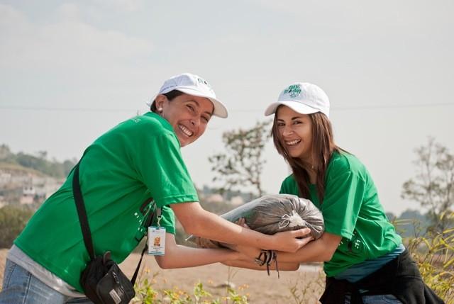 Voluntarias trabajando durante la celebración del Día de Servicio celebrada este 29 de octubre.
