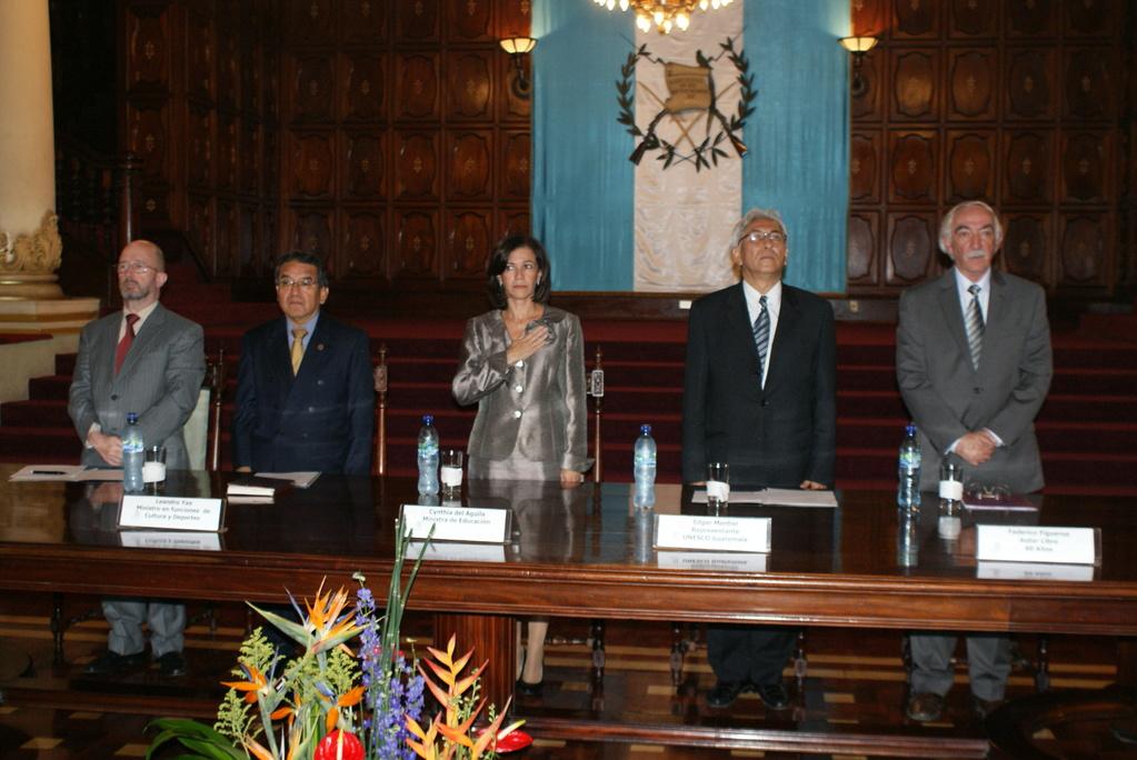 Leandro Yax, Ministro en Funciones de Cultura y Deportes; Cynthia del Águila, Ministra de Educación;  el Director y Representante de la UNESCO, Dr. Edgar Montiel; Federico Figueroa, autor libre, durante el acto de celebración de los 60 años.