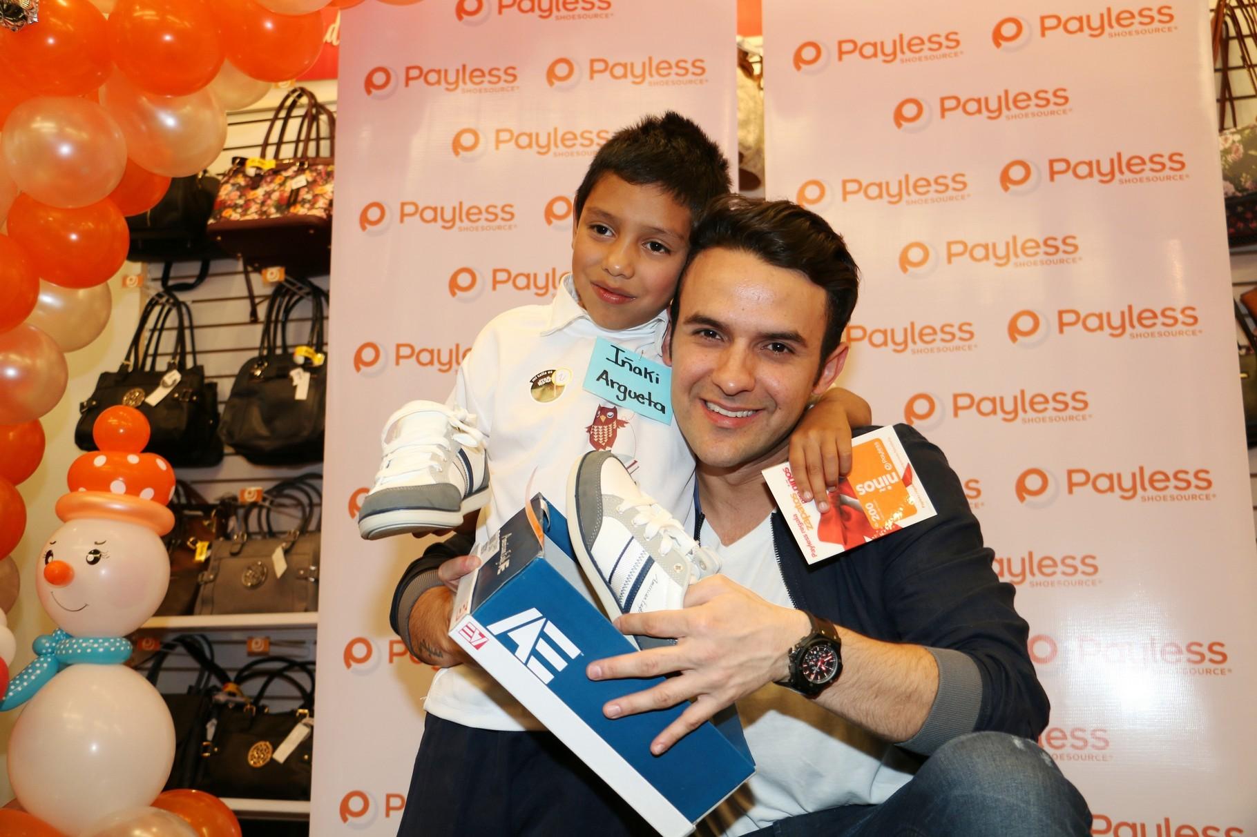 El cantante guatemalteco Carlos Peña apadrinó a los niños a quien Payless Shoes les obsequiará zapatos esta Navidad.