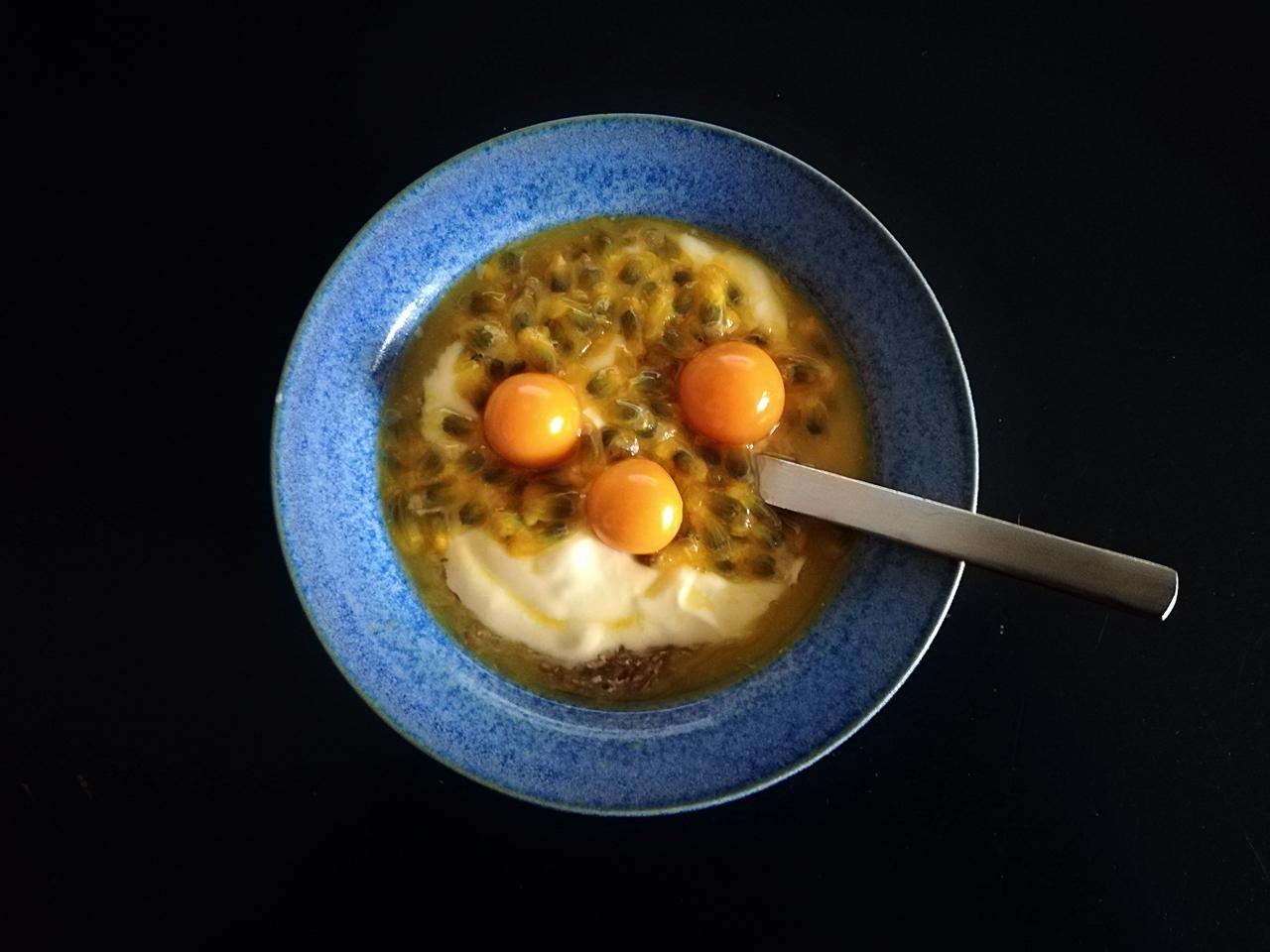 Dessert mit geschrotetem Leinsamen, Passionsfrucht, Physalis und Bio-Mangojoghurt LF von Biedermann