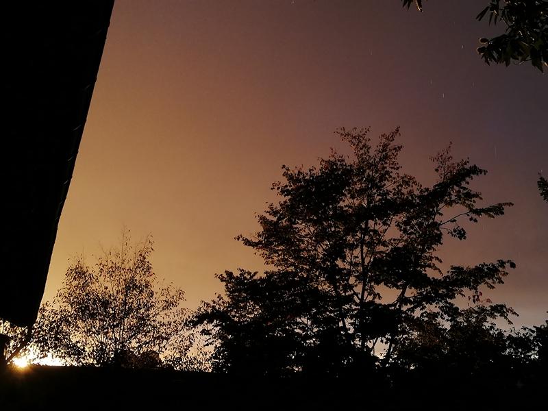 Nach Westen: Eine Sonne geht unter, während es noch leicht regnet (Handy Foto) - To the west: A sun goes down while it is still lightly raining (mobile phone photo)