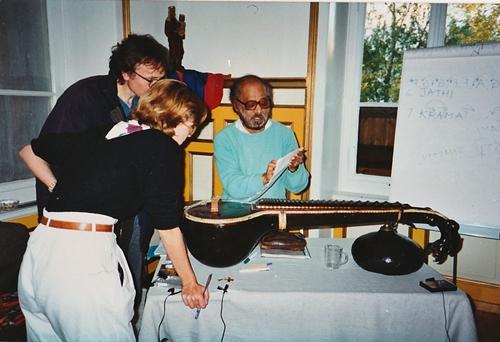 """Vemu Mukunda, Student*innen, seine """"personal Veena"""", die auf einer Platte der Beatles zu hören sein soll -  Vemu Mukunda, students, his personal Veena, which is said to be heard on a Beatles record"""