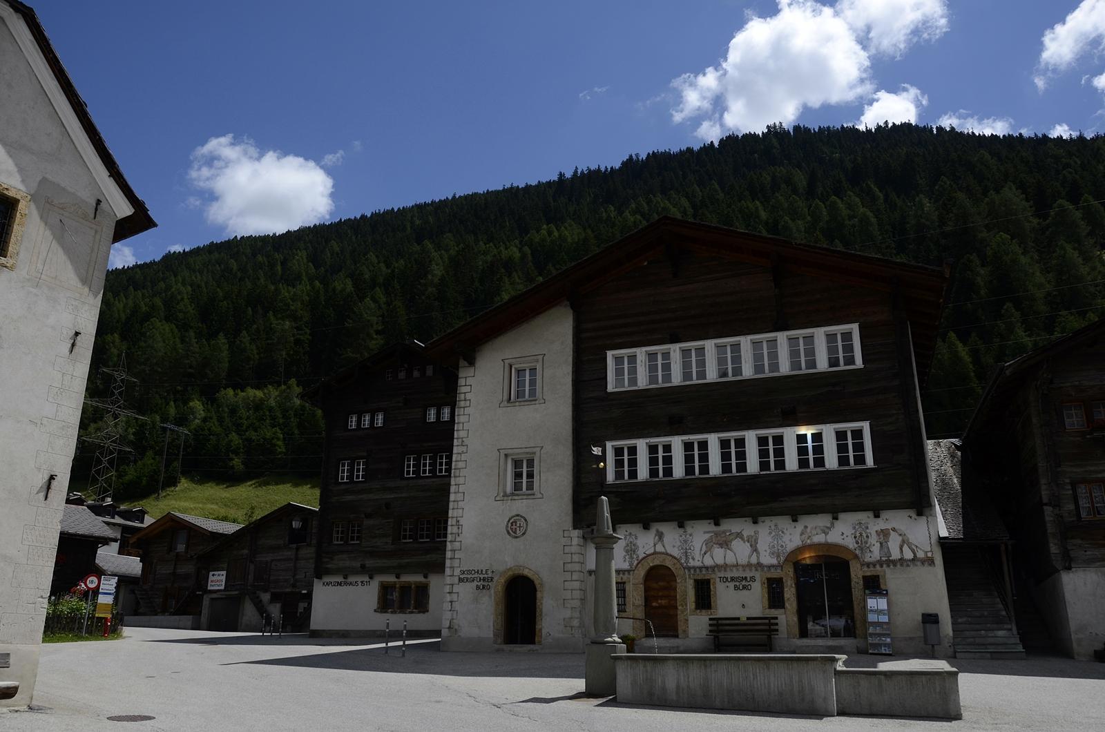 Brunnen auf dem Hengart, die Reflexionen am Haus stammen vom unteren, schmaleren Teil des Brunnens. S. Fotos 9, 10 und 11