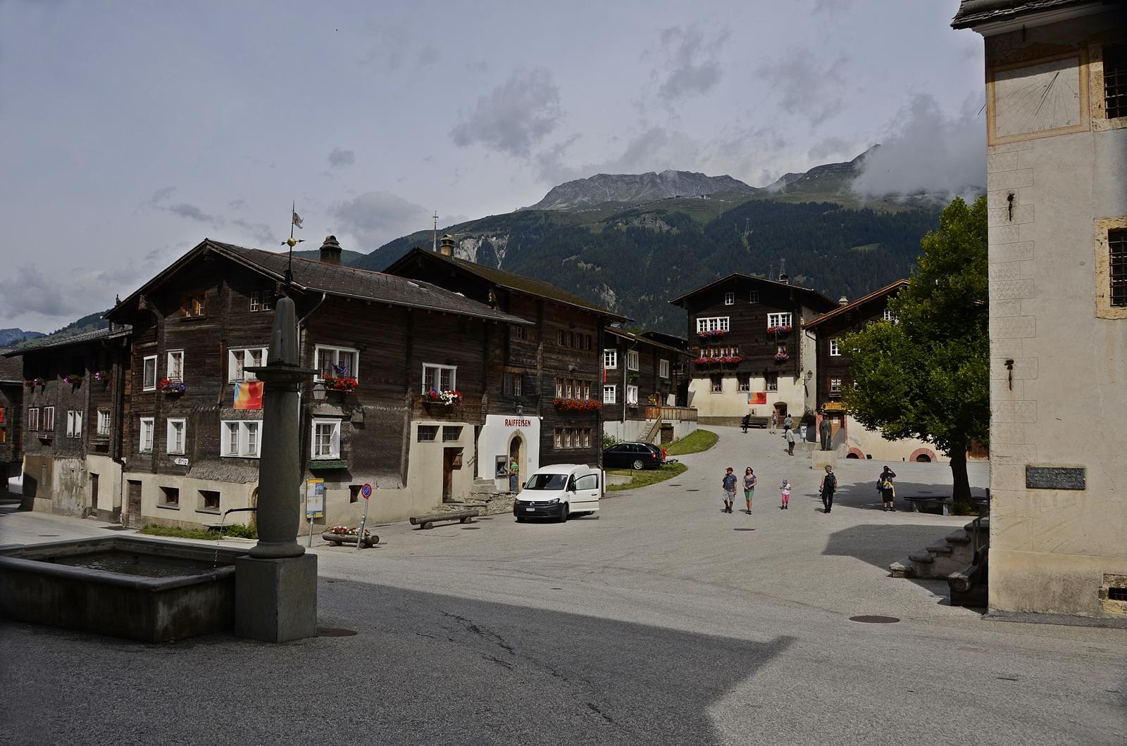 Hengart, der Dorfplatz in Ernen. Rechts das alte Rathaus mit Sonnenuhr
