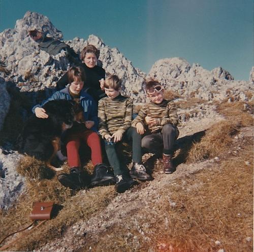 Auf dem Chasseron. In die Ferien durften fast immer andere Kinder mitkommen. Wir waren auf den Skiern hochgelaufen. Der Schnee auf dem Gipfel war geschmolzen. Der Hund war uns die ganze Zeit nachgelaufen