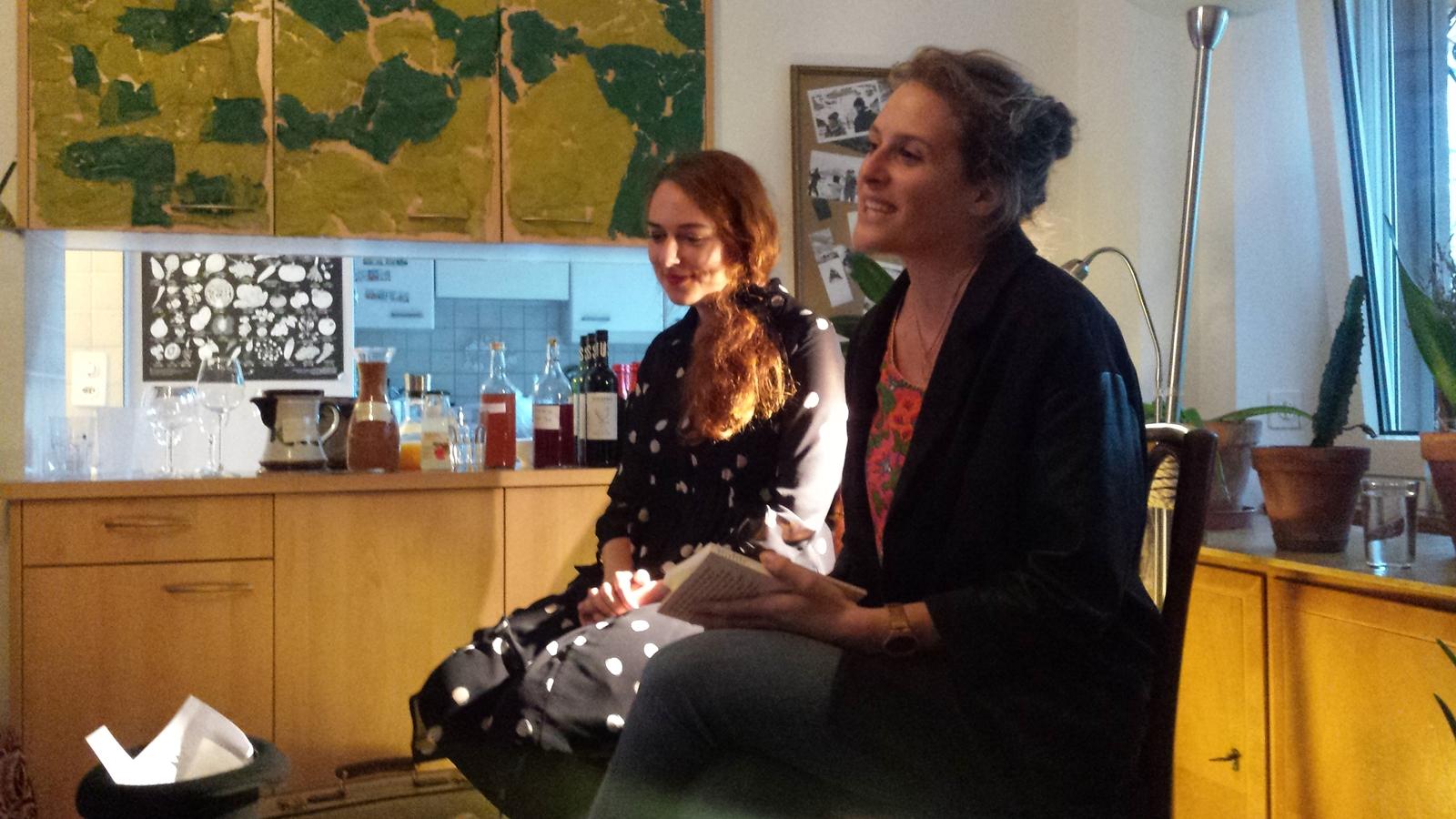 links Judith Keller, rechts Moderatorin Delia Imboden