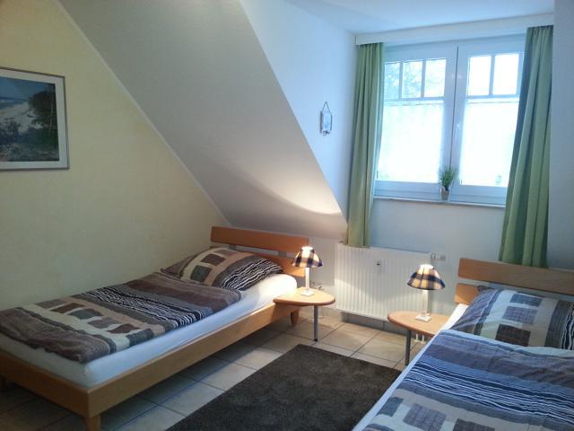 Schlafzimmer mit 2 hochwertigen Einzelbetten, Mückengittern und Verdunkelungsrollos.