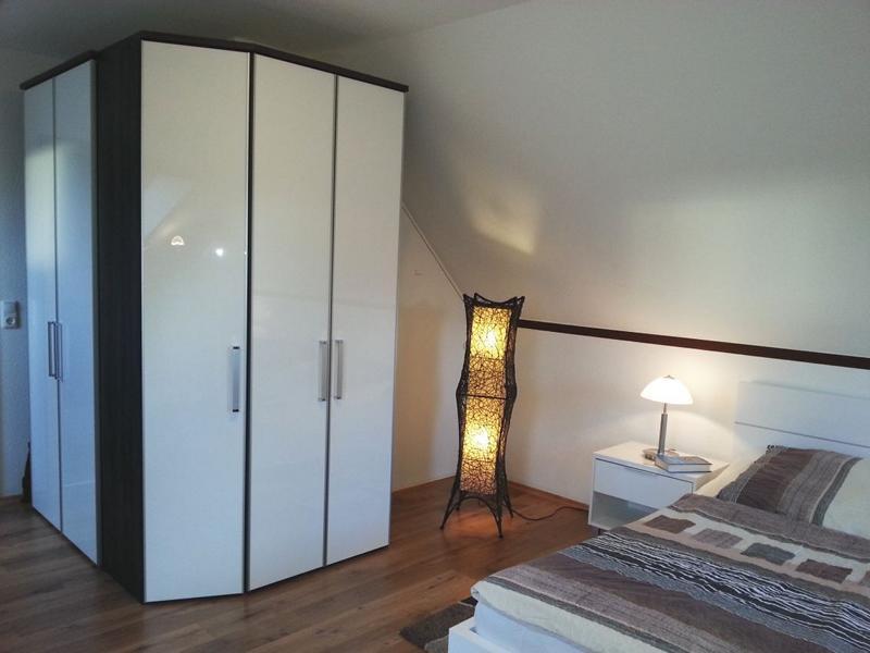 Großes Schlafzimmer mit hochwertigem Doppelbett, Mückengittern und Verdunkelungsrollos