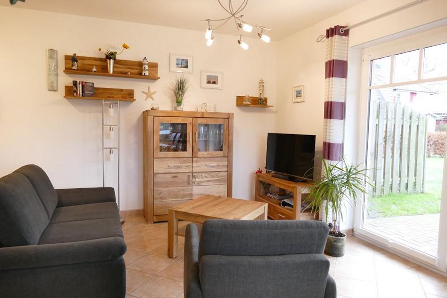 Wohnzimmer mit gemütlicher Couch und TV