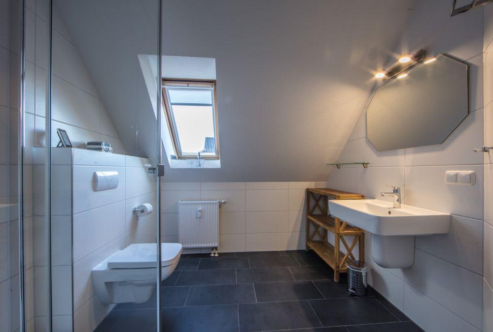 2019 modernisiertes Bad mit großer Dusche