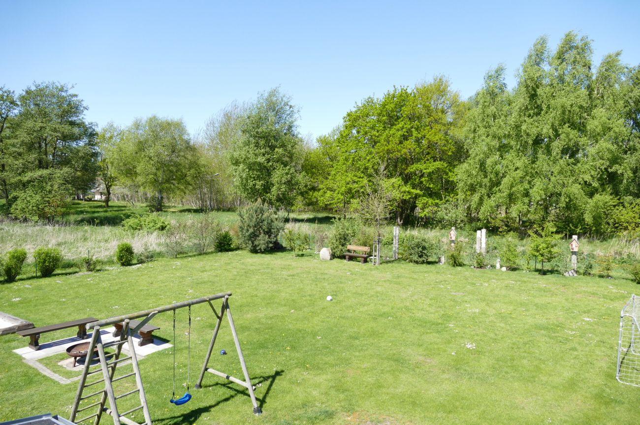 Der Garten des Landhaus Prerow. Ansicht vom Badfenster
