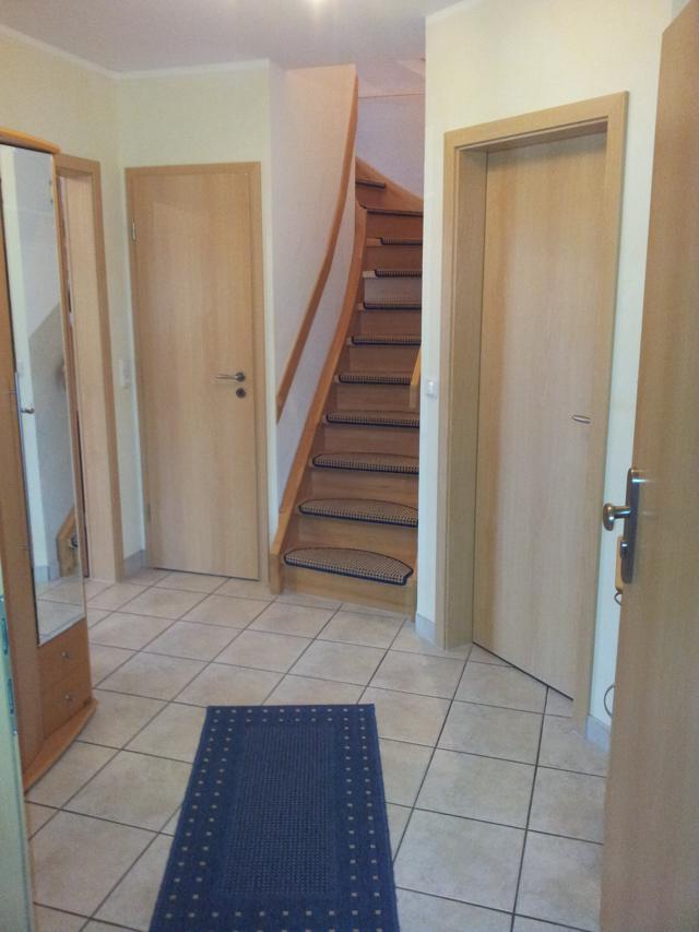 Wohnungsflur mit Treppe zum oben gelegenen Schlafzimmer