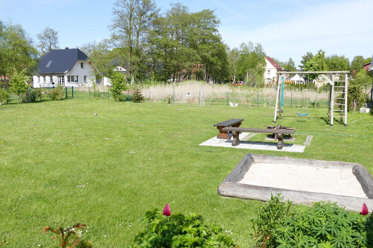 Für die Kinder stehen im Garten ein Sandkasten und eine Schaukel zur Verfügung.