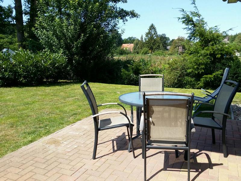 Die möblierte Terrasse der Ferienwohnung sowie der Garten