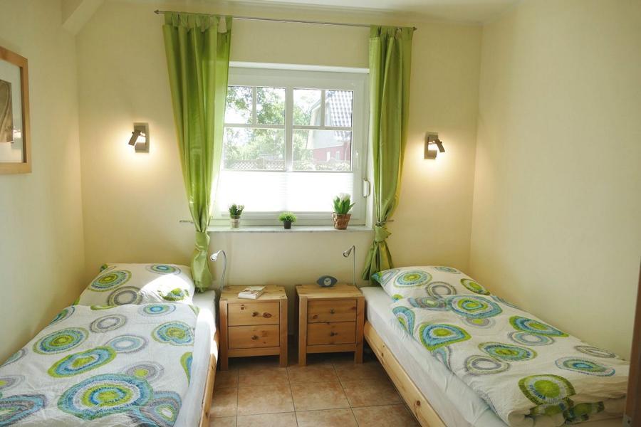 Schlafzimmer mit 2 sep. Betten, Mückengittern und Plissees. Beide Schlafzimmer können mit Rollos verdunkelt werden