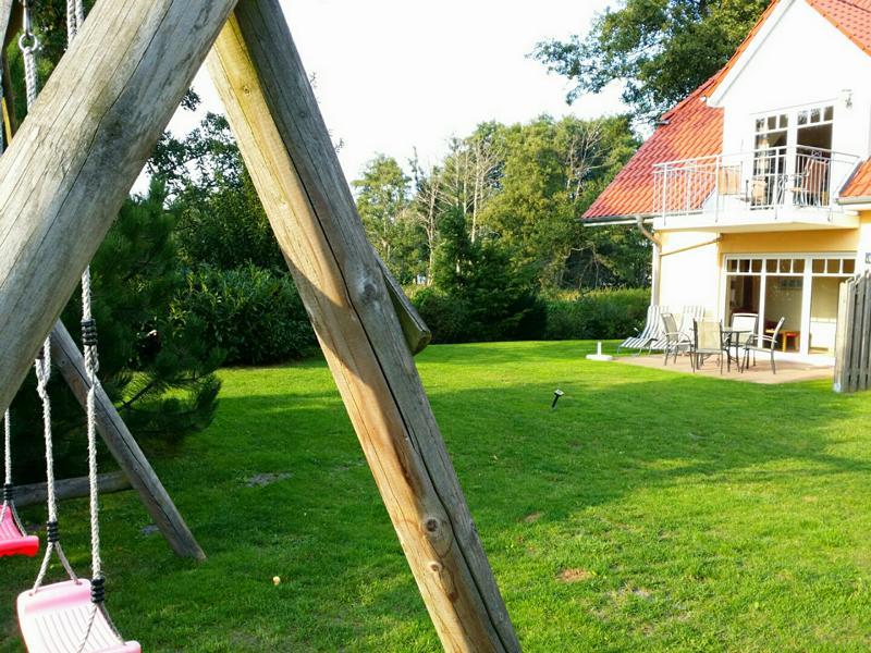 Garten des Ferienhauses mit Schaukel