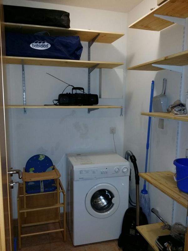 Hauswirtschaftsraum mit Waschmaschine, Bügelbrett und -eisen usw.