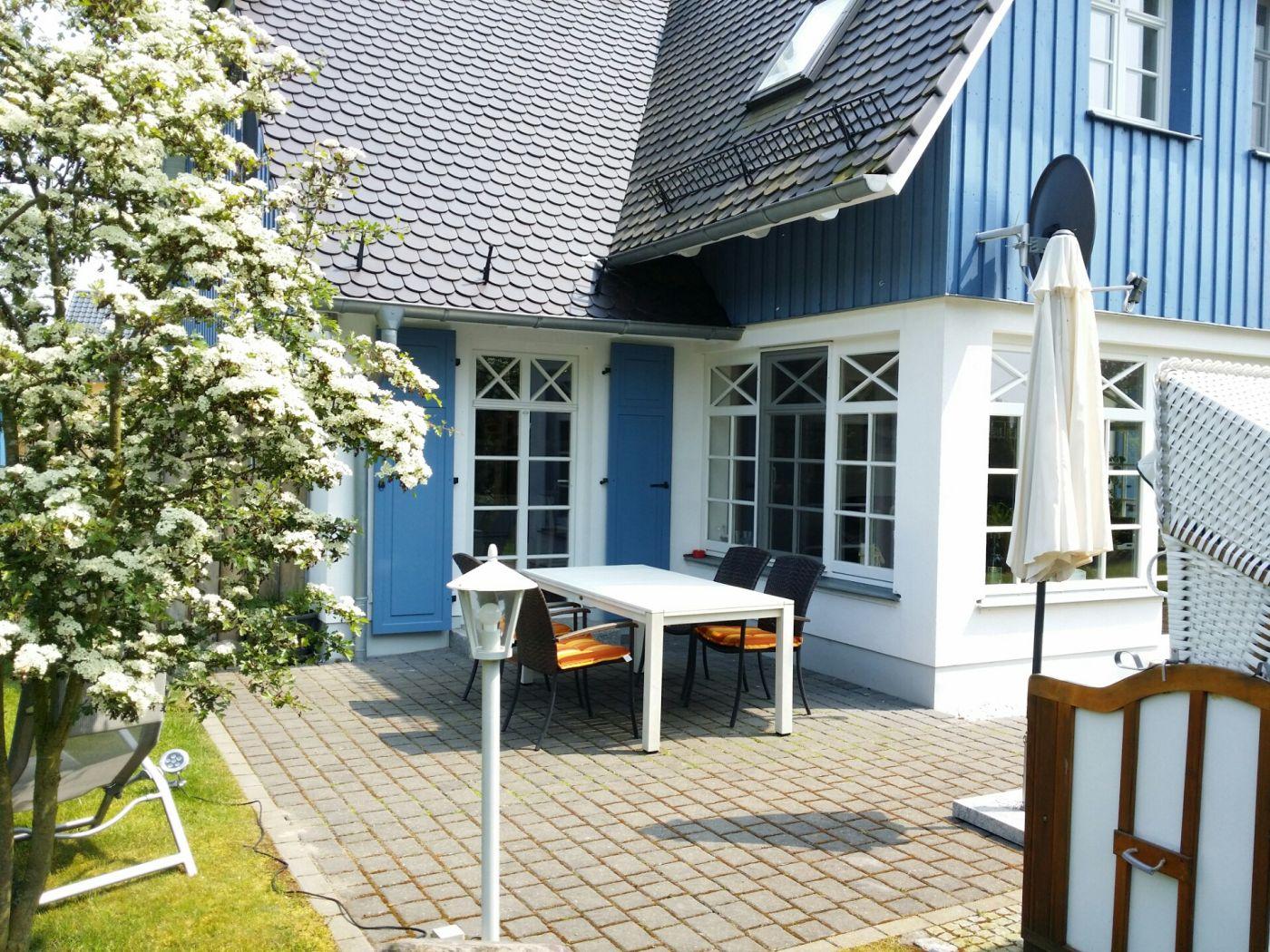 Die zweite Terrasse des Ferienhauses mit hochwertigen Gartenmöbeln, Strandkorb und massivem Grill