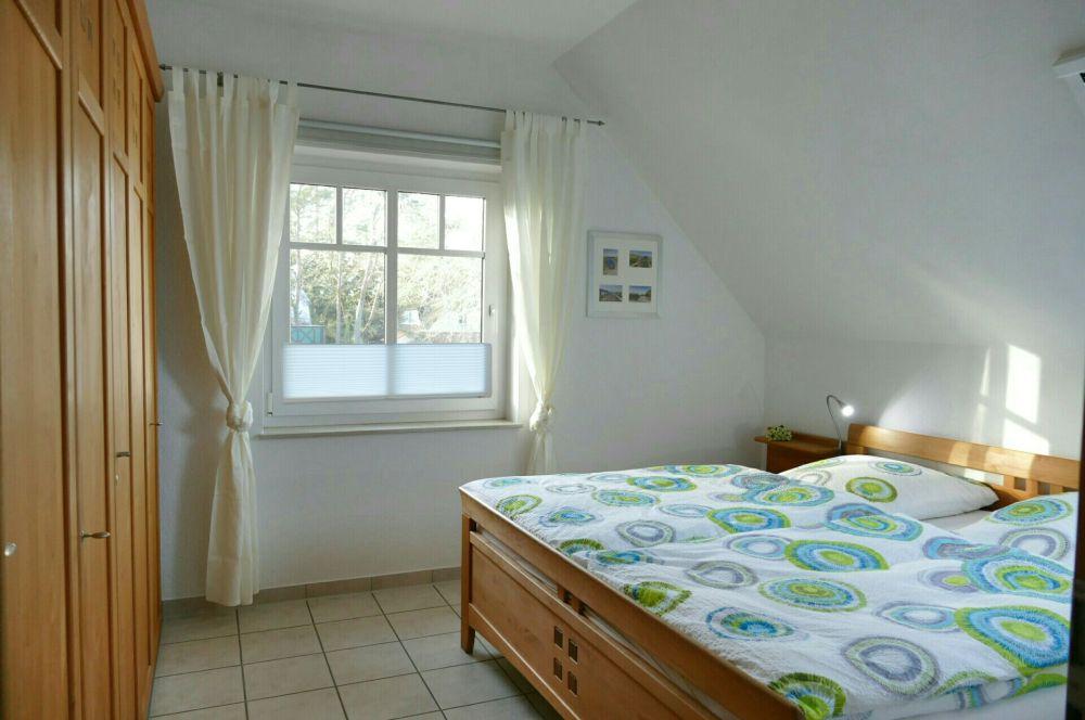 Schlafzimmer mit Doppelbett, Mückengittern, Verdunkelungsrollos, verstellbaren Lattenrosten und einem zusätzlichen Dachfenster