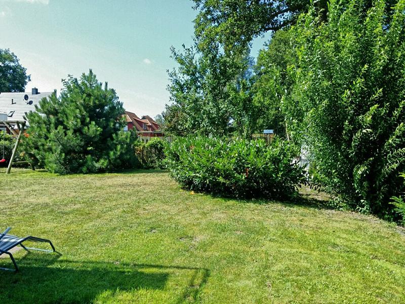 Der große, grüne Garten kann von den Mietern der Ferienwohnung genutzt werden