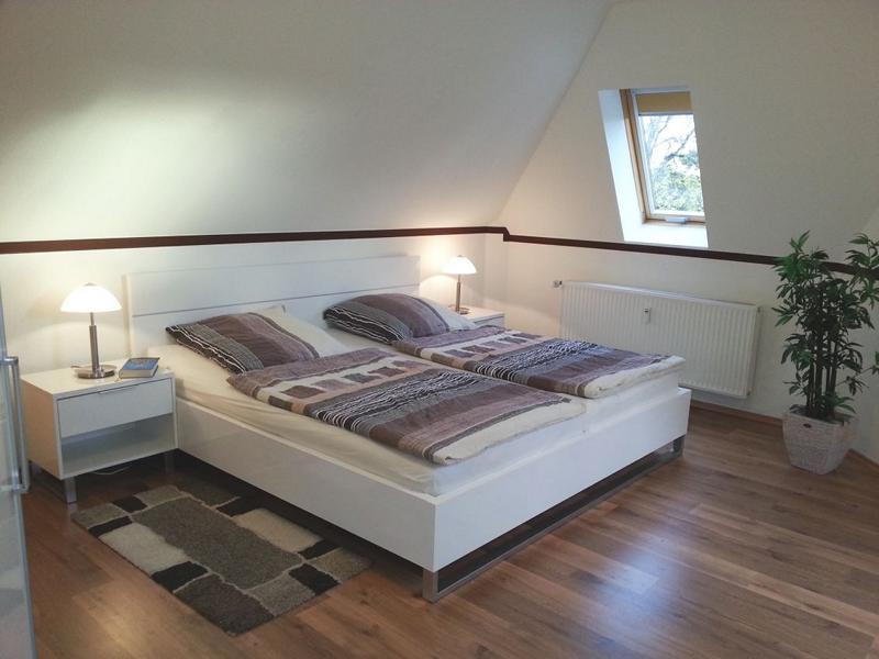 Im Obergeschoss befindet sich ein großes Schlafzimmer mit hochwertigem Doppelbett, Mückengittern und Verdunkelungsrollos
