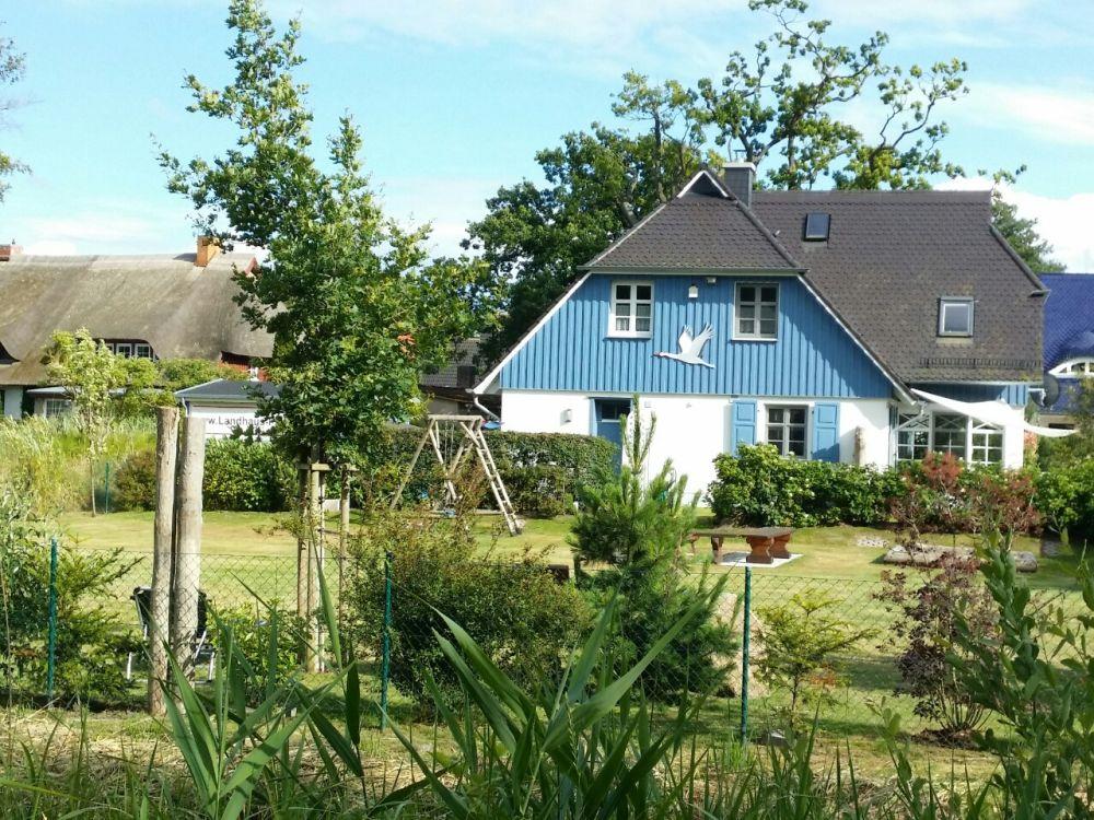 Zum Ferienhaus gehört ein großer, grüner Garten