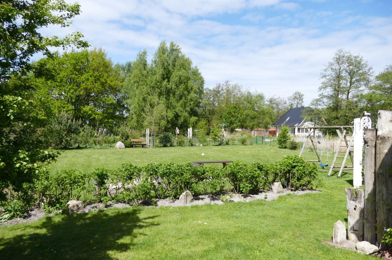 Das Ferienhaus Landhaus Prerow verfügt über einen weitläufigen Garten mit Schaukel, Sandkasten, Sitzecke und viel Spaß zum Erholen und Spielen.