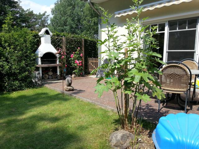 Garten und möblierte Terrasse mit Markise