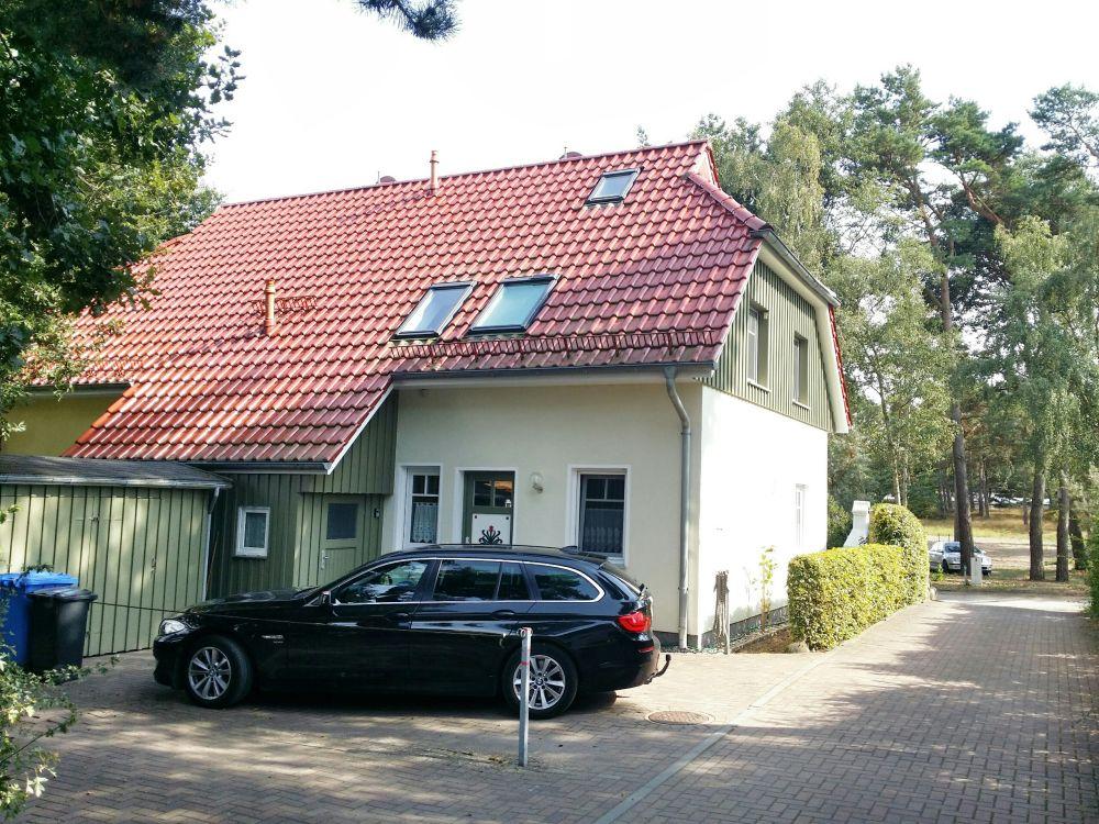 Eingang zum Ferienhaus mit Fahrradschuppen, Parkplatz für 2 PKW und Zugang zum Garten