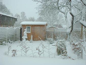 Die schneebedeckte Gartenhütte der Ferienwohnung Haiderose