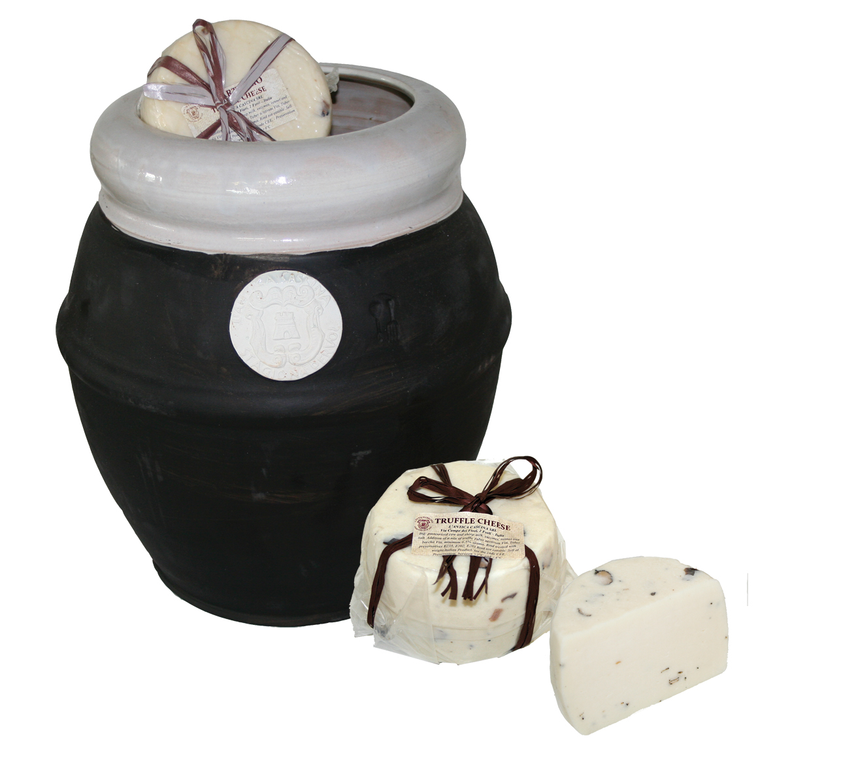 FORMAGGIO AL TARTUFO - Mit Trüffel verfeinerter Käse mit gepresstem Teig, der eine geschmeidige Konsistenz und einen intensiven Trüffelgeschmack aufweist. Die Käse werden einzeln vakuumverpackt und dann in einen eleganten schwarzen Krug gelegt.
