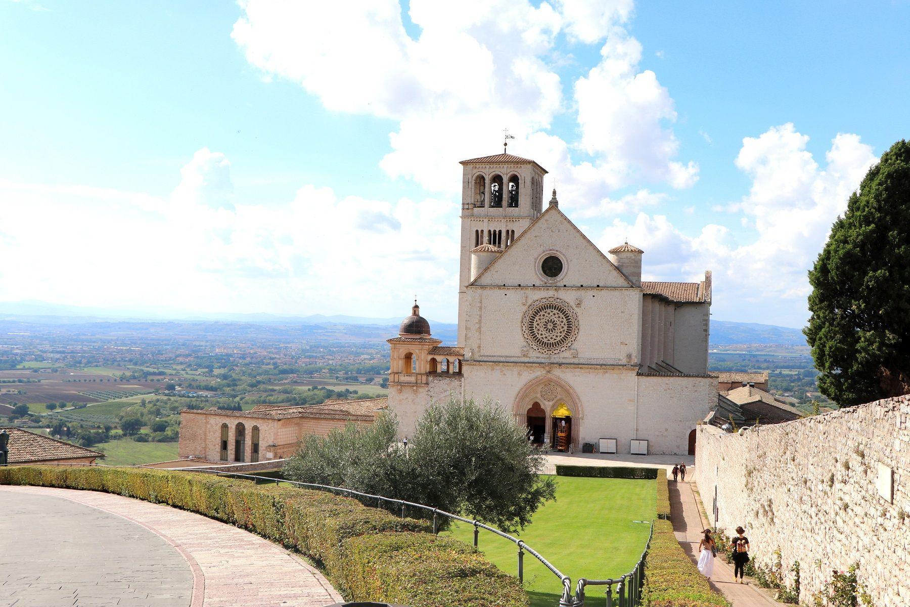Riesige Kirche mit mehreren Räumen in Assisi.
