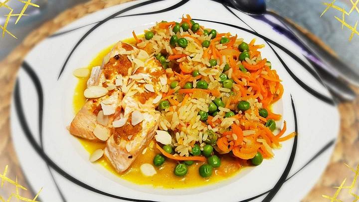 Lachs mit Chli-Pestohaube und Mandelsplitter mit Gemüsereis