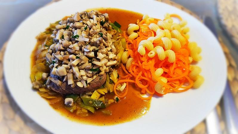 Rinderhüfte mit Champignonhaube auf Lauch in Rindersoße und Nudeln mit Gemüsespaghetti