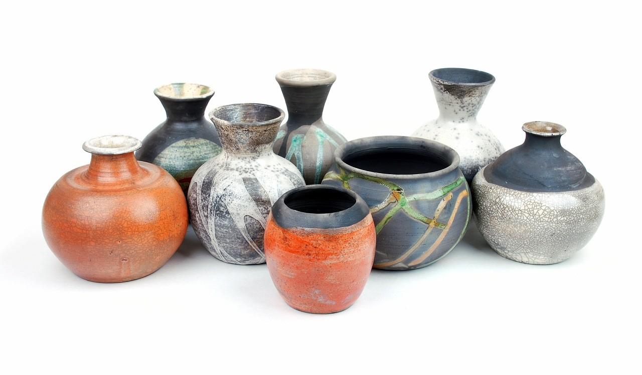 Глиняная посуда, созданная с использованием различных техник, в том числе традиционных: чернение, молочение, обварка