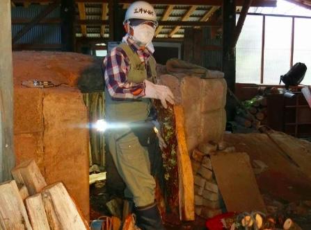 炭木を一人で窯へ運ぶ
