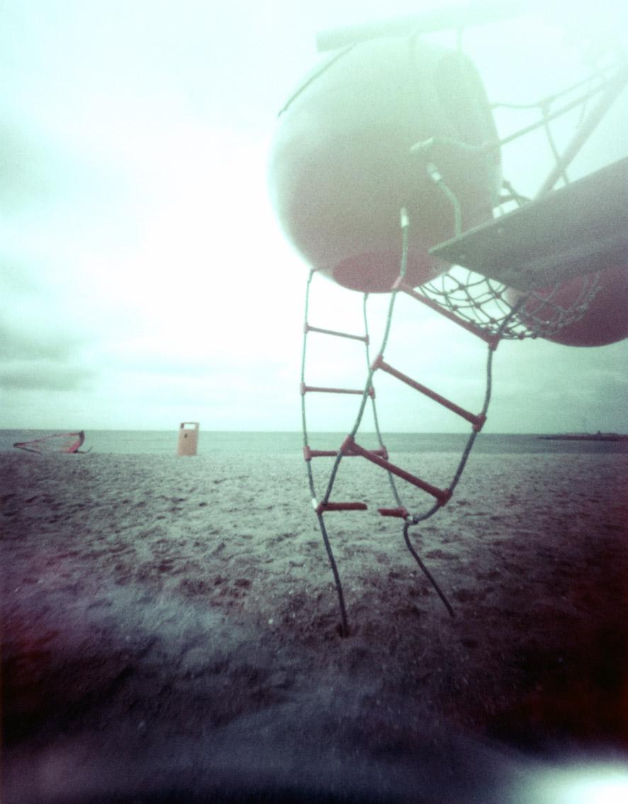 Spielplatz am Strand von Makkum, Holland, mit einer Camera Obscura auf Polroidfilm aufgenommen als Farbphoto