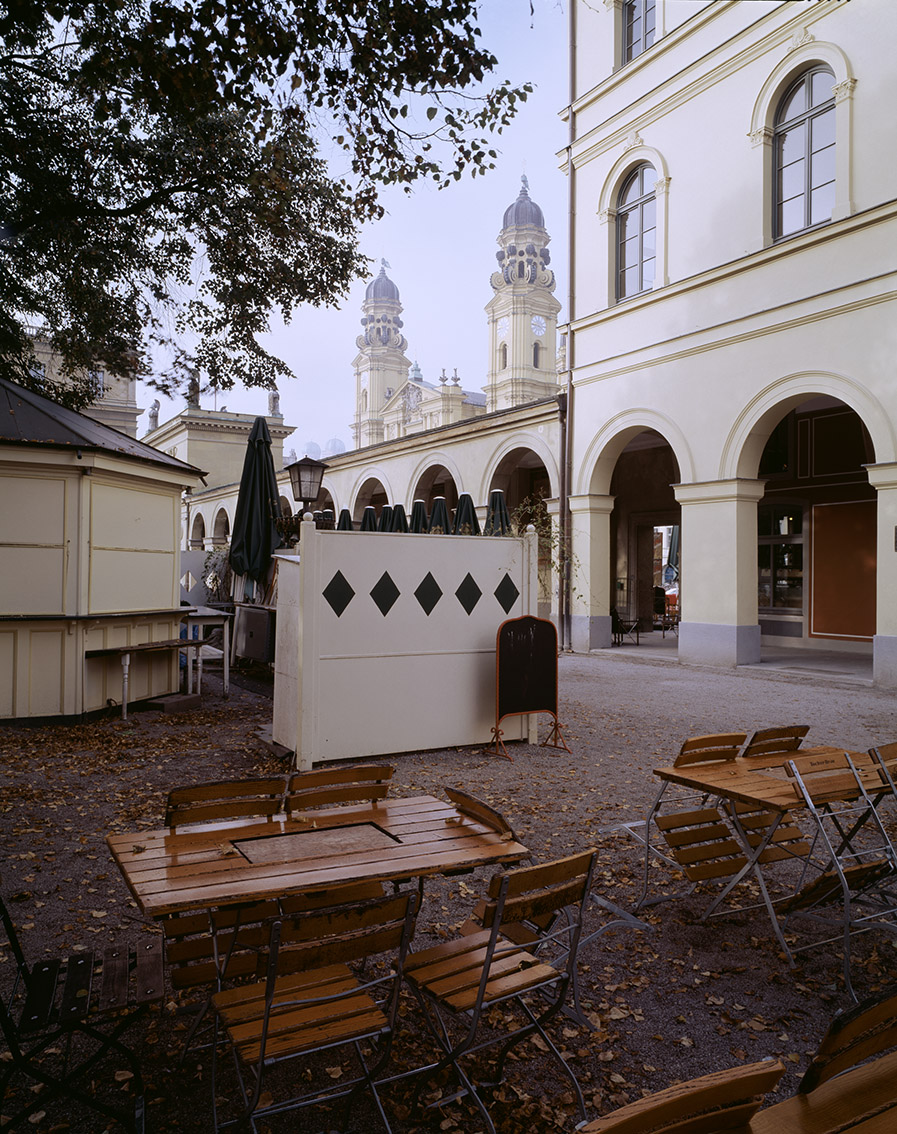 Theatiner Kirche vom Hofgarten aus als vertikale Farb-Photographie, Muenchen