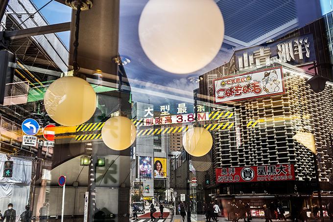Spiegelungen in Shimbashi in Tokyo, Japan als Farbphoto