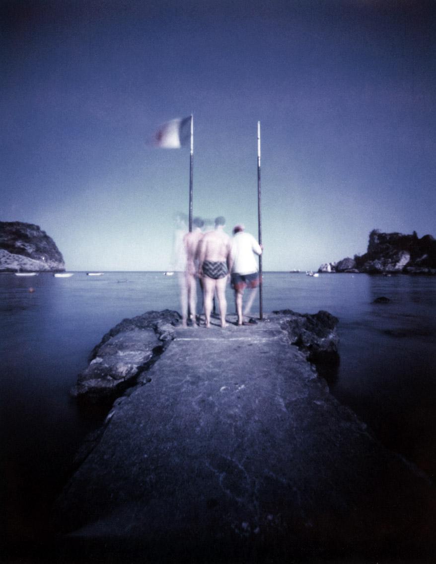 Männer auf dem Steg am Strand von Taormina, Italien, mit einer Camera Obscura auf Polroidfilm aufgenommen als Farbphoto