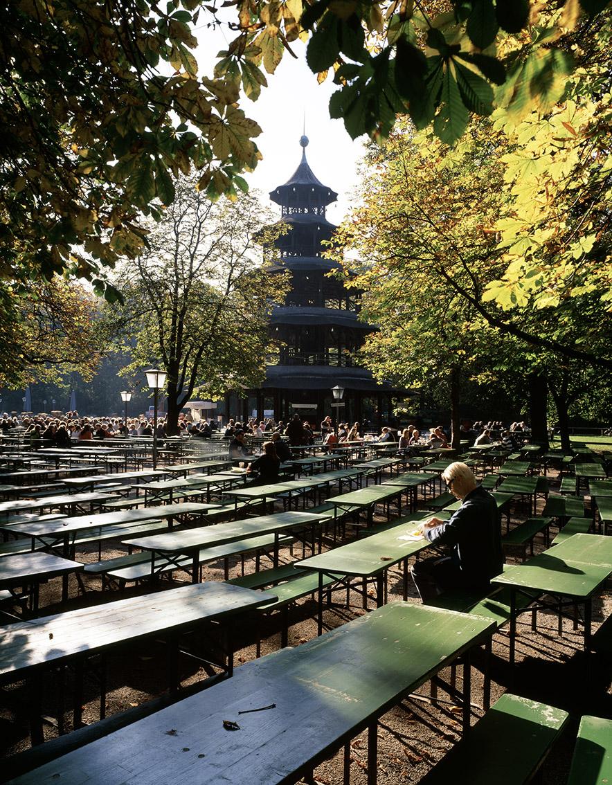 Chinesischer Turm mit Biergarten im Herbst als Farb-Photographie, Muenchen