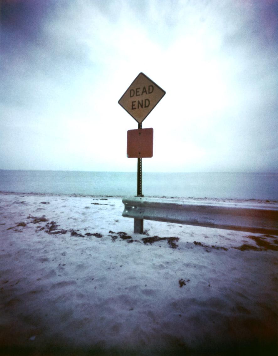 """Schild """"Dead End"""" am Strand von Southhampton, USA, mit einer Camera Obscura auf Polroidfilm aufgenommen als Farbphoto"""