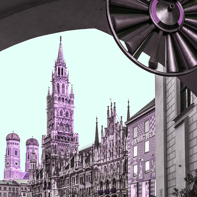 Der Marienplatz mit Frauenkirche am Morgen als Farb-Photographie, Muenchen